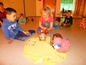 Kurz vor Ostern kam ein Päckchen mit Emma und Elbo im Kindergarten Pusteblume an. Mit großer Neugierde packten wir das Päckchen aus und entdeckten zwei Freunde (ein Pääääärchen).